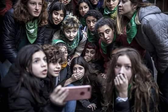 girls_waiting.jpg
