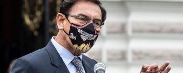 Former Peruvian president Martín Vizcarra makes a speach while wearing a facemask.