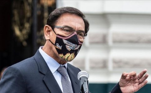 Former Peruvian president Martín Vizcarra makes a speach while wearing a facemask.